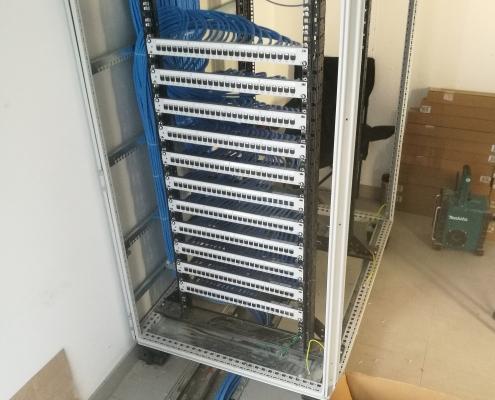 Sehr ordentlicher Netzwerkschrank mit 11 Patchfeldern zur Unterverteilung