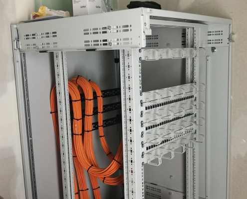 Netzwerkschrank mit 3 Patchfeldern